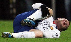 Wayne Rooney clutching his knee